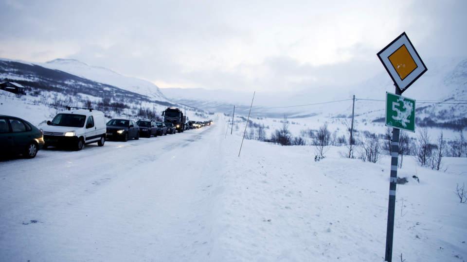 �PENT: Sterk vind gjorde at det mandag ettermiddag var kolonnekj�ring p� riksvei 53 over Hemsedalsfjellet. Men n� er denne veien �pnet for fri ferdsel igjen. Foto: Kyrre Lien / SCANPIX