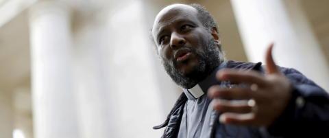 Den ukjente presten som kan snyte paven og Merkel for Fredsprisen