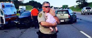 Politimann hylles etter � ha reddet baby ut av bilvrak