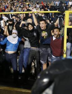 I kveld skal hele 2300 politibetjenter s�rge for at Albania og Serbia ikke ryker i tottene p� hverandre
