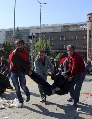 86 personer drept i terrorangrep mot fredsdemonstrasjon i Ankara: - En massakre