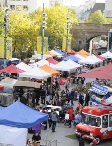 Hver helg fylles plassen bak The Royal Festival Hall med sm� telt med gasskj�kken og kullgriller