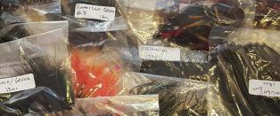 284 fiskefluer laget av utrydningstruet fugl beslaglagt p� Bergen lufthavn