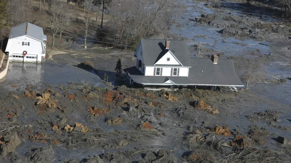 GJ�RMA TOK HUSENE:  Her i byen Harriman i Tennessee i USA ble jula noe helt annet enn de hadde tenkt seg. 12 hus ble delvis begravet av gj�rma fra kullkraftverket.  Foto: SCANPIX/AP Photo/The Knoxville News Sentinel, J. Miles Cary