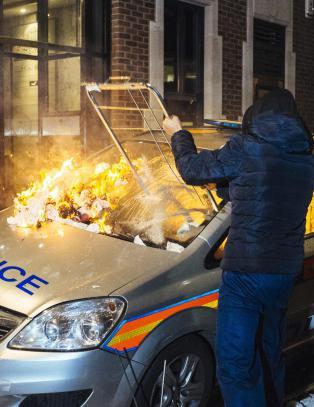 Demonstranter og politifolk skadd etter voldsomme sammenst�t i London