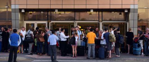Mens 15 000 briter venter p� � komme seg hjem fra Egypt, har reiseselskaper halvert prisene