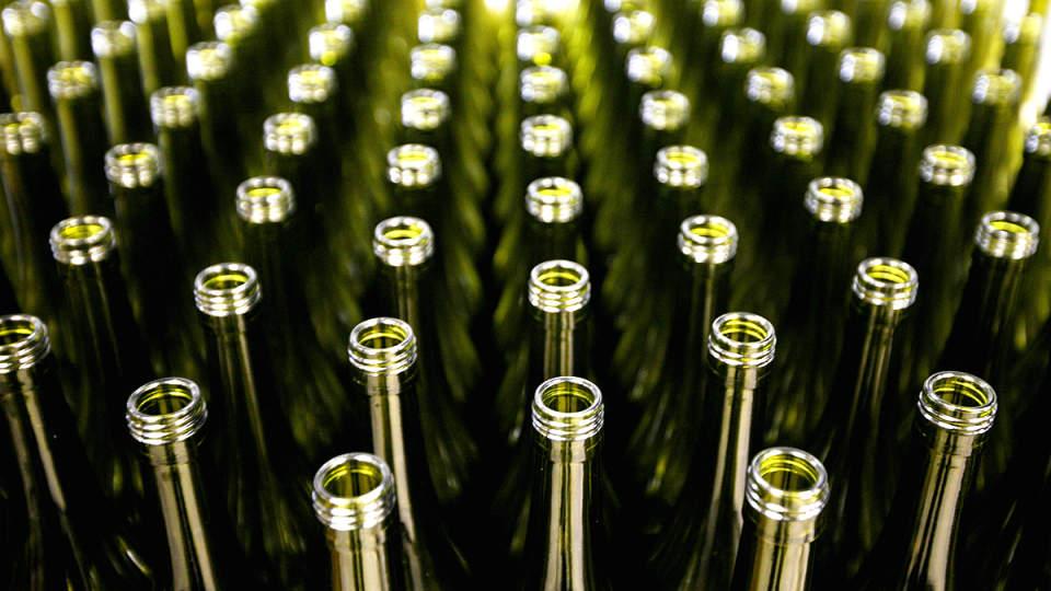 ENDER P� AUKSJON: Men da m� disse Chablis-flaskene bli gamle og fine nok. Foto: AP/Jacques Brinon/Scanpix