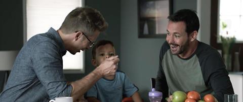 �Reklamen deres med to fedre gj�r meg kvalm�, skrev en kunde. Svaret deles verden rundt