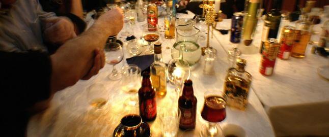 Ikke alkoholfrie julebord hos Akan, nei. Der st�r Lars Gule isolert