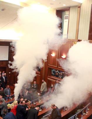 Opposisjonen brukte igjen t�regass i Kosovos nasjonalforsamling