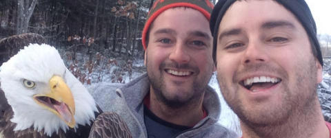 Br�dre reddet �rn fra felle og tok ��rets selfie�