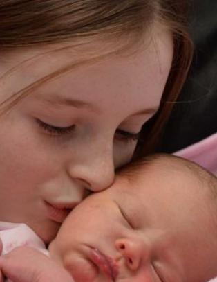 Caitlin (11) var jordmor da mamma f�dte - helt alene