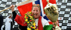 Norske Marit (39) ble f�rste kvinne til � vinne Formel 1 i b�tsport: - Det er helt sykt!