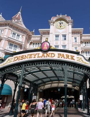 Britisk muslimsk familie ble nektet � fly til Disneyland. N� blir saken storpolitisk