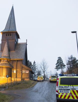 Kvinne d�de etter at flaggstang bl�ste ned utenfor Holmenkollen kapell
