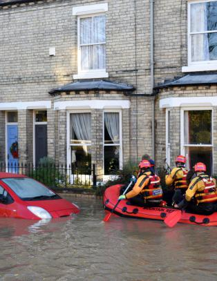 Krise etter tidenes regn: Briter flykter fra hjemmene sine mens byer drukner