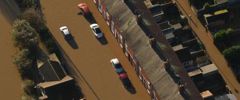 Britisk politi med desperat melding: - Vi har g�tt tom for �veien er stengt�-skilt, ikke kj�r inn i flomvann