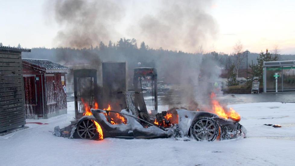 FULL FYR: En Tesla ble totalskadd etter at den tok fyr under lading p� en hurtigladestasjon p� Brokelandsheia i Gjerstad kommune i Aust-Agder i dag. Foto: www.iGjerstad.no / NTB scanpix