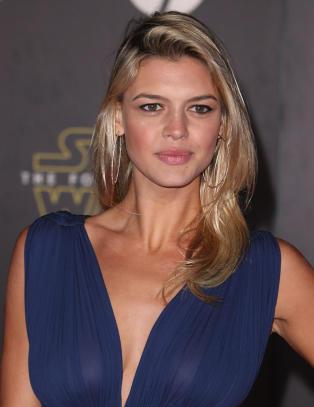 Kelly (25) overtar Pamela Andersons ikoniske rolle
