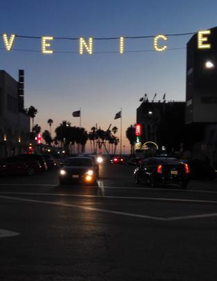 Omr�det rundt Venice-skiltet er et av de bedre stedene � v�re, men om kvelden �ker kriminaliteten i takt med skumringen