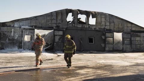 NEDBRENT:  Restene av stallbygningen etter tragedien der 44 hester brant inne. Foto: Hannah Yoon, The Canadian Press/AP/NTB Scanpix.