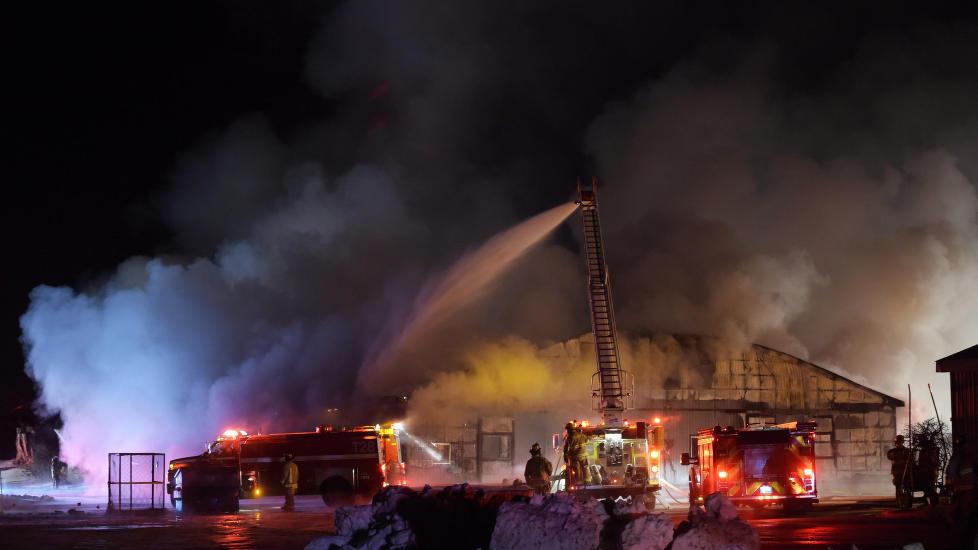 OVERTENT:  Verken brannskapene eller stallpersonell greide å redde ut noen av 44 hestene fra den overtente stallen nær Guelph i den kanadiske delstaten Ontario natt til tirsdag. Foto: Andrew Collins, The Canadian Press/AP/NTB Scanpix.