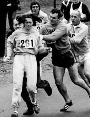 Da maraton-sjefen oppdaget en kvinne i l�pet, s� svartnet det fullstendig for han