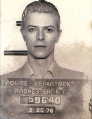Historien bak David Bowies ber�mte mugshot