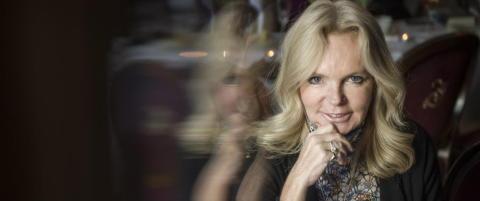 Bestselgerforfatter Lucinda Riley r�per at hun hater � sitte og skrive b�ker