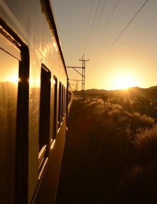 Tar to timer å fly, men likevel velger mange Rovos Rail som er en togtur på to dager