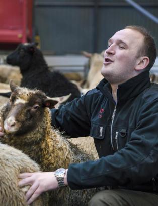 Hos en sauebonde i Uskedalen fikk Jon Georg Dale (31) se landbrukets drømmeframtid