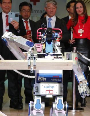 I framtida skal robotene hjelpe deg. Super-�konom frykter folk flest vil tape