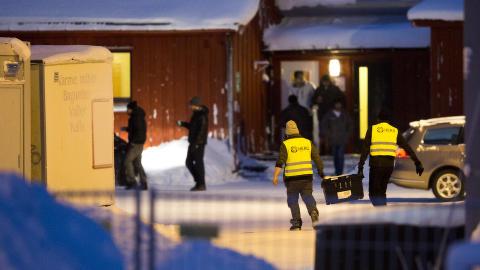 DRAMATISK: Politiet pågrep i går alle 82 asylsøkerne ved Finnmark ankomstsenter med gyldig utvisningsvedtak. Barn ble også pågrepet, noe som vekket harme hos flere. Politiets utlendingsenhet besluttet i går ettermiddag å løslate barnefamiliene mot meldeplikt. Situasjonen har vært kaotisk og dramatisk ved senteret utenfor Kirkenes de siste dagene. Foto: Torstein Bøe / NTB scanpix