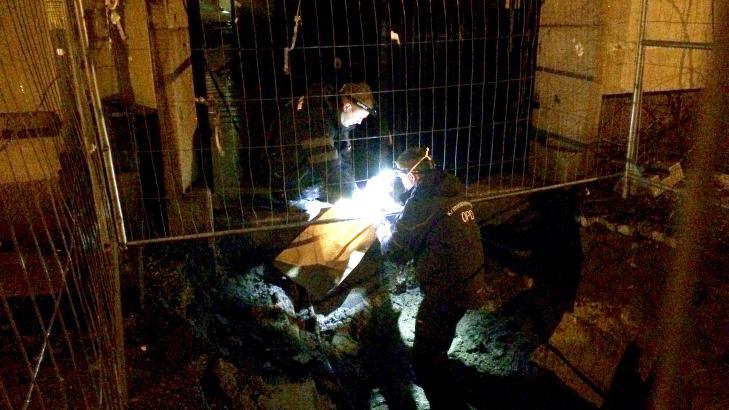 UNDERS�KER: Kriminalteknikkere unders�ker et stykke t�y ved �stedet. Foto: Jesper Nordahl Finsveen