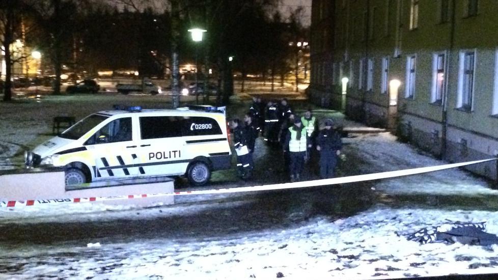 JAKTER GJERNINGSMANN: Politiet ved �stedet der en mann ble skutt ved 18-tiden i kveld. Foto: Jesper Nordahl Finsveen