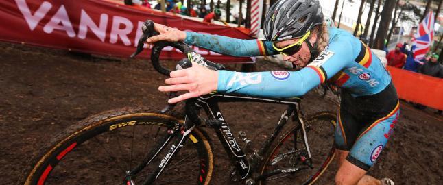 Kvinnelig VM-syklist (19) tatt med motor. Hevder arrang�ren har tabbet seg ut