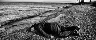 Ai Weiwei poserer som den d�de flyktninggutten