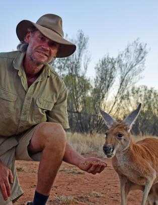 De siste ti �ra har �Kangaroo Dundee� reddet over 200 kengurubabyer