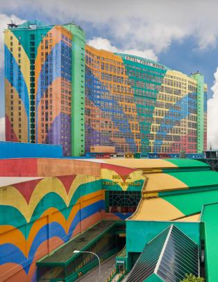 Det lite diskr� hotellet har 7351 rom, men om ett �r mister det rekorden som verdens st�rste