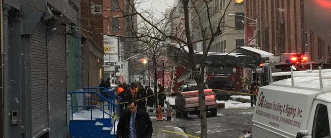 Meldinger om gasslukt etter at kran kollapset midt p� Manhattan