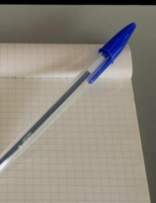 Derfor har disse pennene hull i toppen