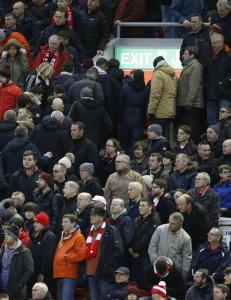 �Gr�dige j*****, nok er nok� sang Liverpool-fansen, f�r de forlot Anfield under kampen