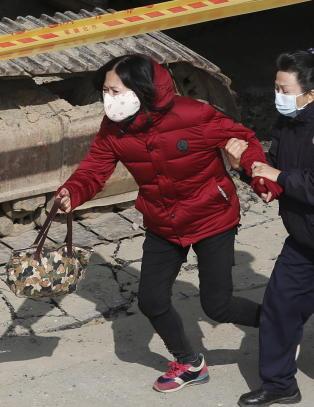 Kjemper for � redde ut 29 overlevende fra sammenrast h�yblokk
