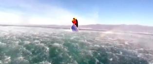 B�ten er p� vei ned i dypet - klamrer seg fast for harde livet i vente p� kystvakta