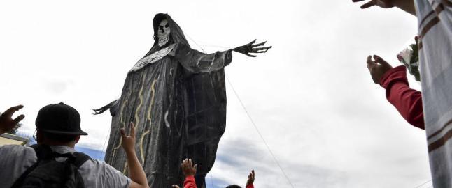 Stadig flere katolikker ber til den skjelettaktige d�dshelgenen. Kirken raser og kaller det blasfemi