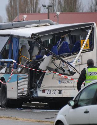 Seks d�de etter skolebuss krasjet med lastebil i Frankrike