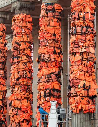 Fikk 14 000 redningsvester - slik retter kunstneren verdens �yne mot Berlin