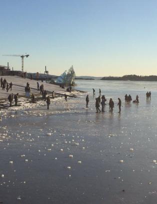 Brannvesenet i Oslo hoderystende til folk p� isen