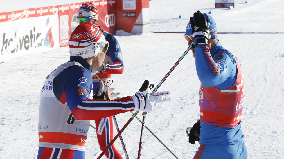 HETT: Ola Vigen Hattestad og Sergej Ustjugov krangler etter m�lgang i kvartfinalen p� dagens sprint i Quebec Foto: Terje Pedersen / NTB scanpix