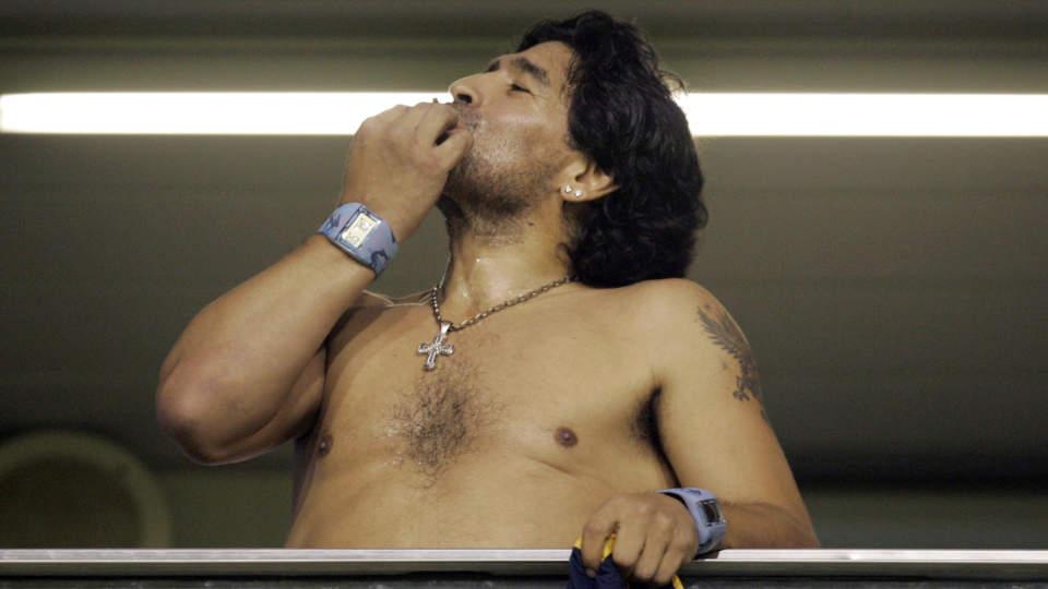BL�SER P� TOPPENE: Argentinas landslagssjef Diego Maradona elsker mer enn fotball. Her tar han seg en bl�s under en Copa Libertadores-kamp i fjor v�r.  Foto: Marcos Brindicci/Reuters/Scanpix